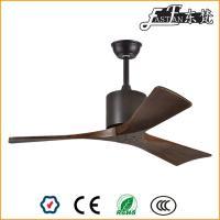 ventilateur de plafond en bois naturel à la lumière